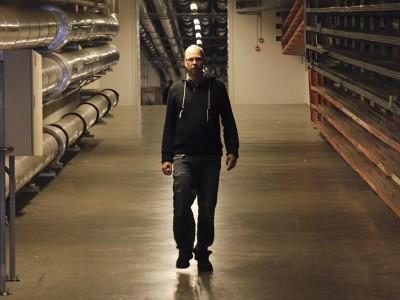 Thomas Elton Jensen i DRs kælder, hvor serverparken ligger. (Foto: Ernst Poulsen)